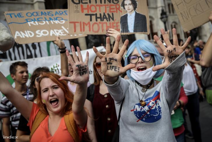 Több ezren gyűltek össze a Fridays for Future szeptember végi budapesti klímasztrájkján