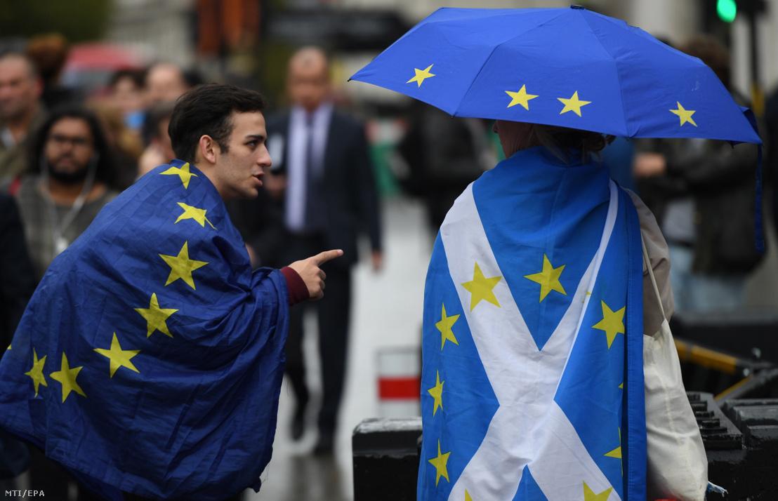 Brexit-ellenes tüntetők európai uniós és skót zászlóval a brit parlamentnél Londonban 2019. szeptember 25-én.