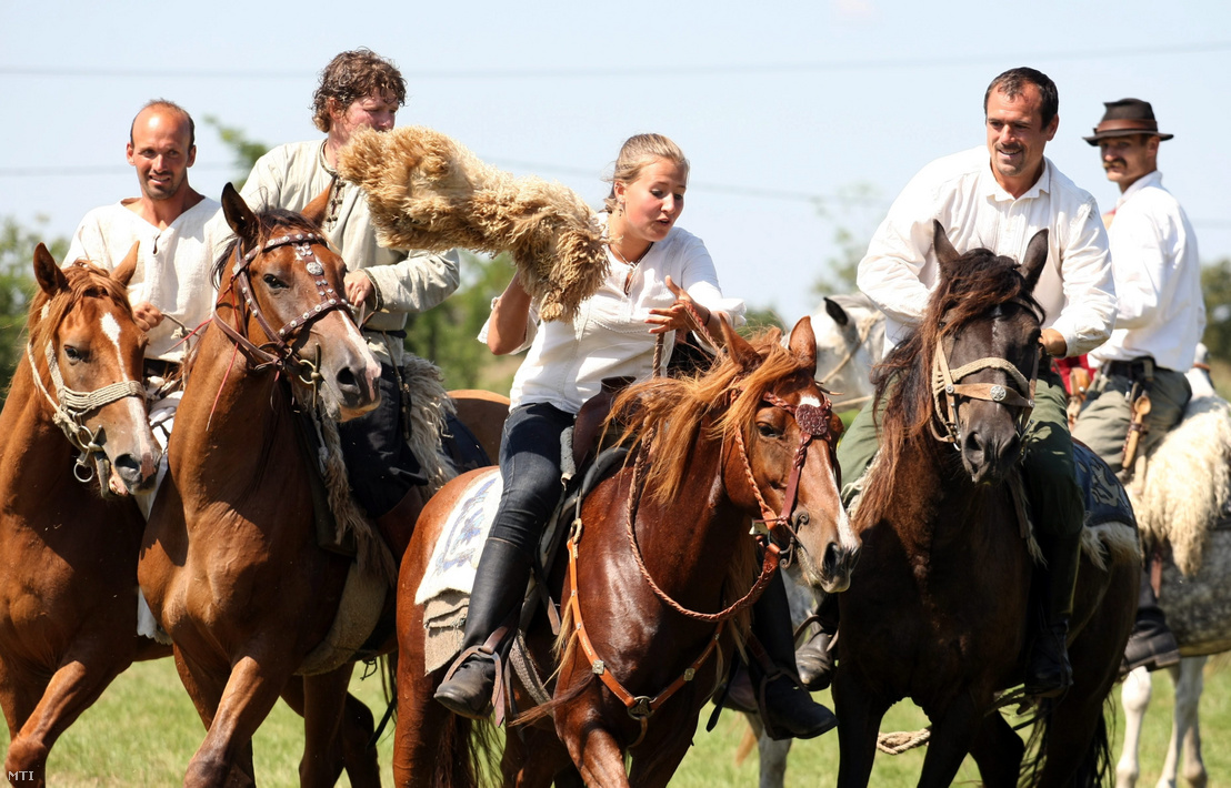 Egy ősi lovas csapatjáték: a köböre résztvevői küzdenek a játékszerként használt birkabőrért Karcagon a VI. Kun Hagyományok Napján.