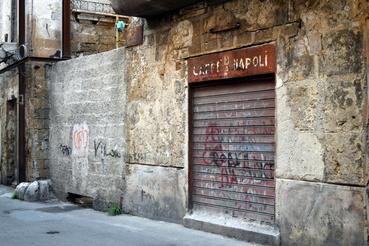 A Caffe Napoli a Garibaldi utcában már rég nem fogad látogatókat; mellette egy elfalazott sikátor.