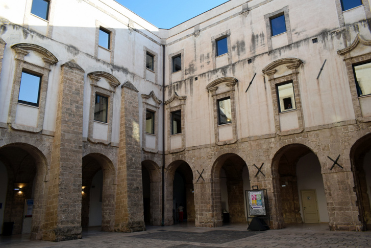 Az egyetem egy egykori ferences kolostorban kapott helyett