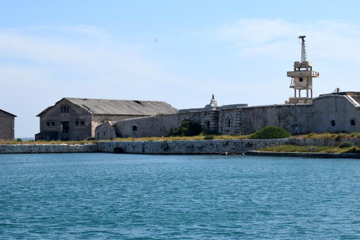 A Szent Pál-sziget teljesen elhagyatott, de a haditengerészet ma sem engedélyezi a kikötést. Az erődnek a második világháborúban még jelentős hadászati szerepe volt
