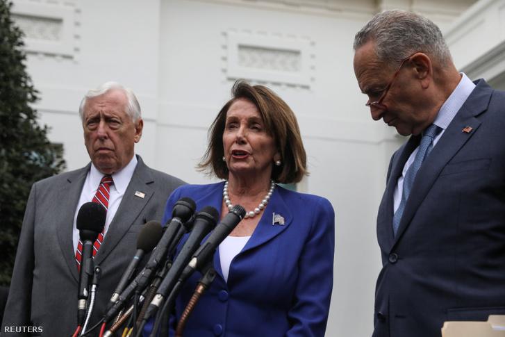 Nancy Pelosi (középen), Chuck Schumer (jobbra) és Steny Hoyer tartanak sajtótájékoztatót, miután beszéltek Donald Trumppal a Fehér Házban szerdán