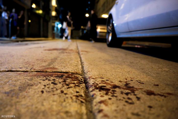 Vérfoltok, a Mong Kok negyedben, ahol megtámadták szerda este Jimmy Shamet