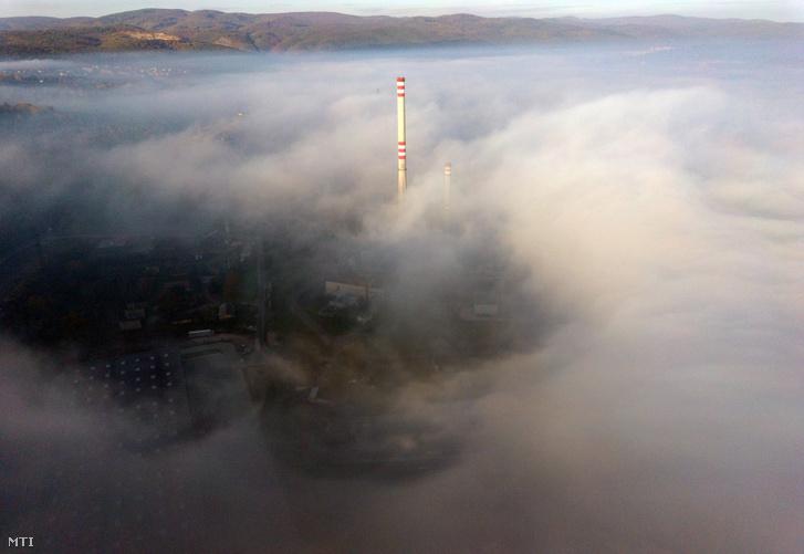 Városi fűtőmű tornya a ködben Miskolcon szerdán