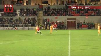 Saját térfeléről fejelt gólt az angol focista
