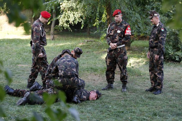 Benkő Tibor (j) megtekinti ahogy zajlik a déli határszakaszon szolgálatot teljesítő és a tömeges migráció miatt kialakult válsághelyzet felszámolásában résztvevő katonák felkészítése Szolnokon 2015 szeptember 22-én.