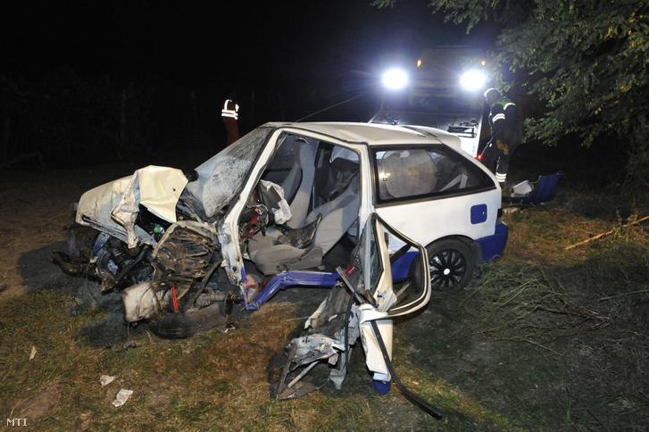 Összetört személygépkocsi, miután letért az 51-es útról és fának csapódott 2019. október 14-én. Az autó vezetője a helyszínen meghalt