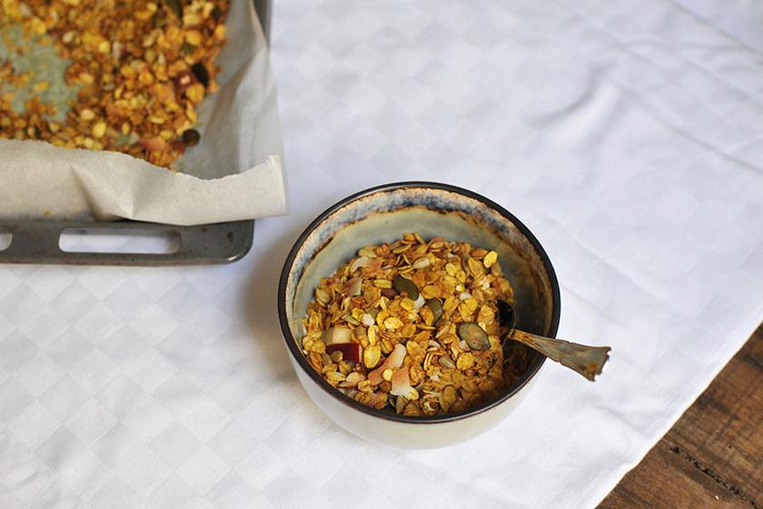 Házi aranyszínű müzli ropogósan, édesen és fűszeresen: a kurkumától különleges
