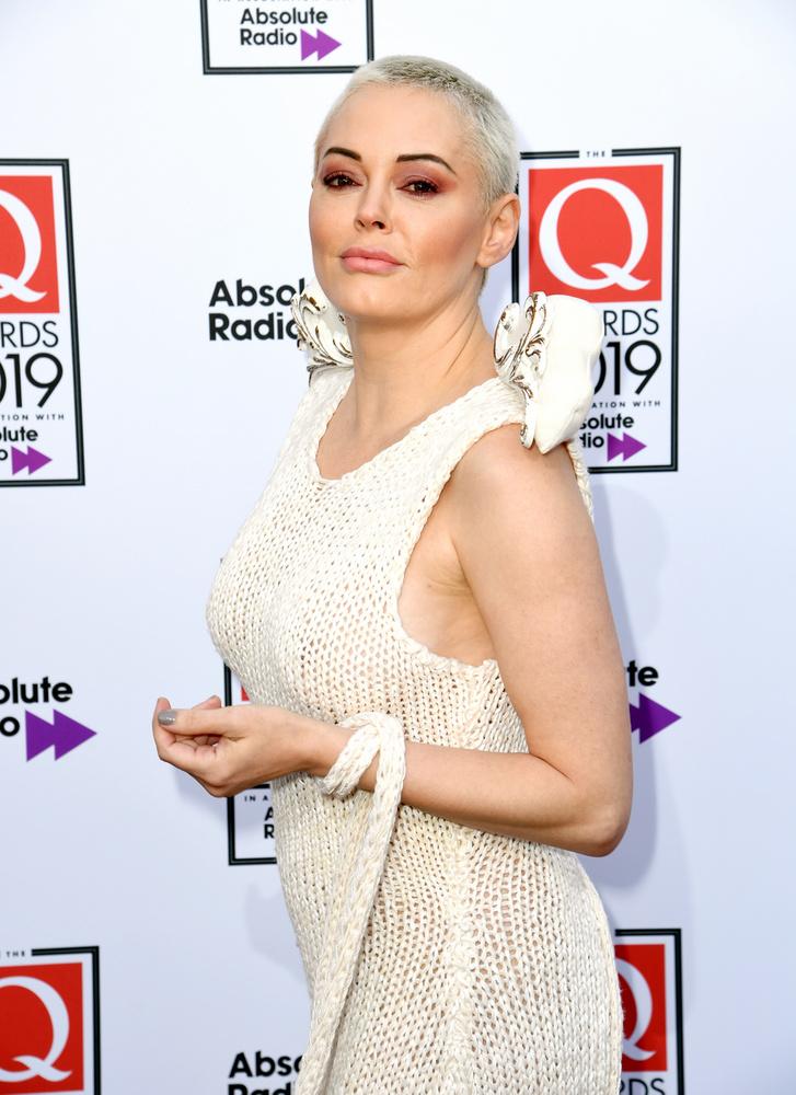 Most a Q nevű díjátadón jelent meg Angliában, ahol a legjobb zenei teljesítményeket díjazzák - mi meg az ő rendhagyó ruháját