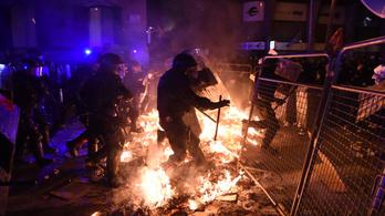 Több mint 90-en, rendőrök és tüntetők egyaránt megsérültek a katalán tüntetéseken éjjel