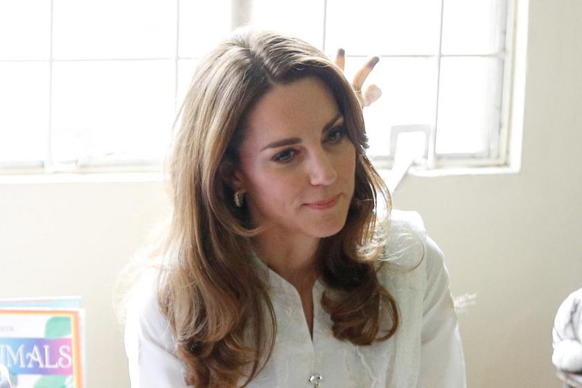 Katalin hercegné hímzett, népviseleti ruhában - Pakisztánban így fotózták le