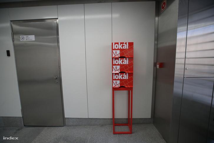 Lokál lap terjesztésére szolgáló állvány a hármas metró egyik állomásán