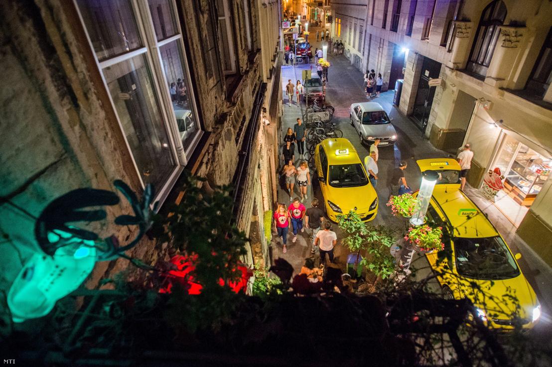 Budapest VII. kerületében a bulinegyedként ismert rész, a Kazinczy utca 2017. augusztus 29-én