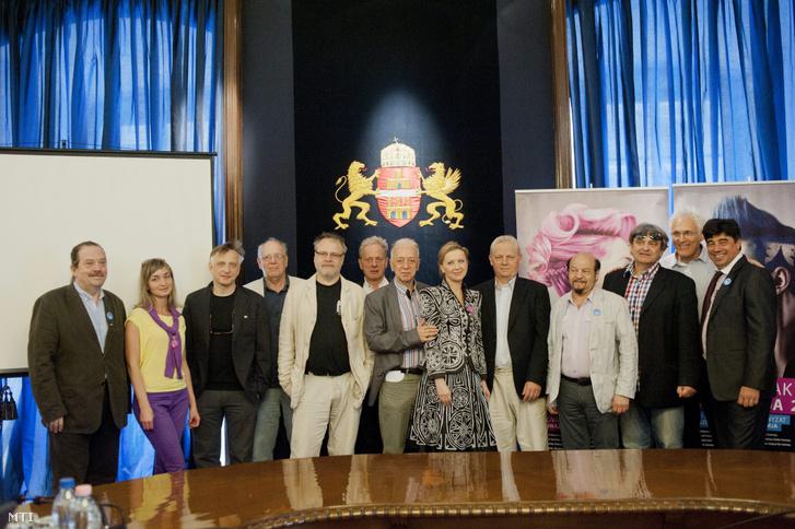Színházigazgatók és Tarlós István a Színházak éjszakája megnyitóján a budapesti Városházán 2013. május 3-án