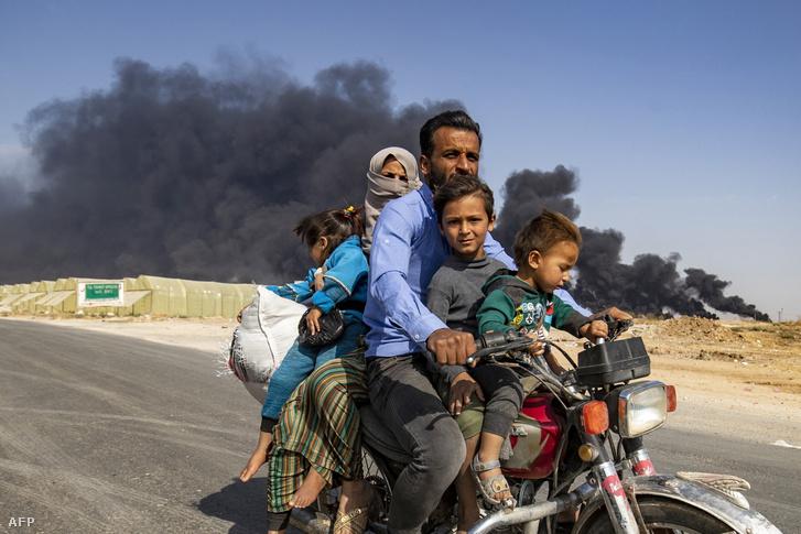 A harcok elől menekülő emberek Szíriában 2019. október 16-án.