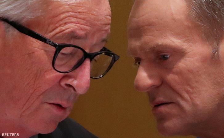 Jean-Claude Juncker és Donald Tusk beszélget a szerdai EU találkozón Brüsszelben