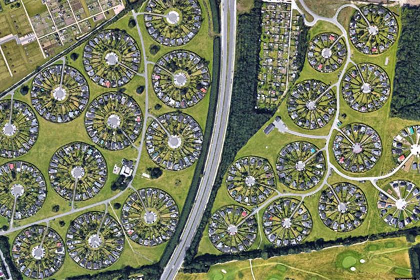 Brøndby Haveby kertvárosa úgy néz ki, mintha sok mini erődből állna. Sugárirányú koncentrikus utakkal tervezték, amiknek köszönhetően a szomszédos házak tökéletesen illeszkednek egymáshoz.