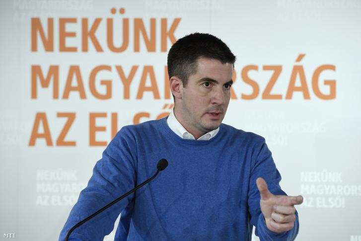 Kocsis Máté a Fidesz frakcióvezetője beszél a Harrach Péterrel a KDNP frakcióvezetőjével a két párt közös frakcióülése szünetében tartott sajtótájékoztatón Balatonalmádiban 2019. október 17-én.