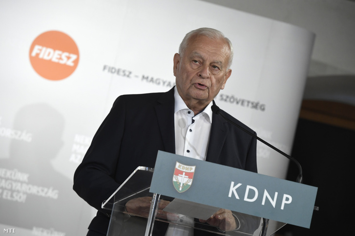 Harrach Péter a KDNP frakcióvezetője beszél a Kocsis Mátéval a Fidesz frakcióvezetőjével a két párt közös frakcióülése szünetében tartott sajtótájékoztatón Balatonalmádiban 2019. október 17-én.