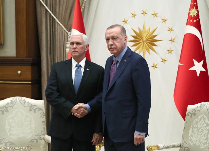 Mike Pence amerikai alelnök és Recep Tayyip Erdoğan török elnök.