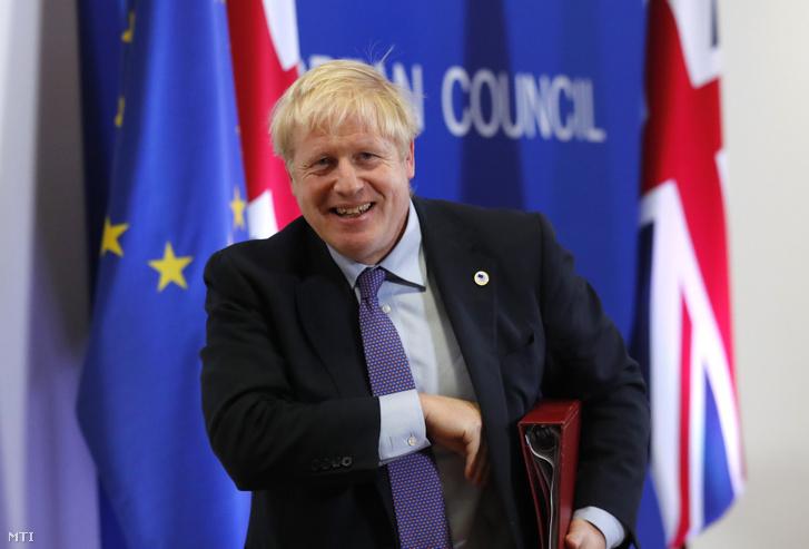 Boris Johnson brit miniszterelnök sajtóértekezletre érkezik az Európai Unió brüsszeli csúcstalálkozójának első napján, 2019. október 17-én.