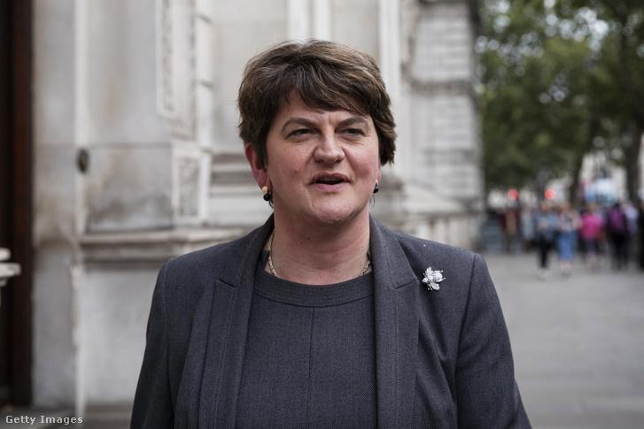 Arlene Foster, az északír protestáns Demokratikus Unionista Párt vezére távozik a londoni a kormányfői rezidenciáról, a Downing Street 10-ből 2019. szeptember 10-én