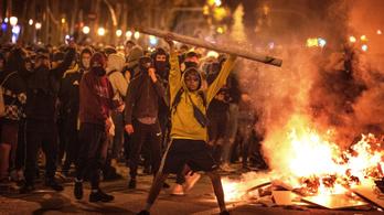 Éjjel égő barikádok, nappal általános sztrájk Barcelonában