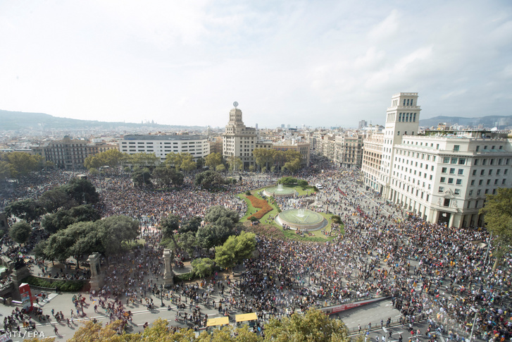 Tüntetők ezrei követelik a katalán politikai foglyok szabadon bocsátását a spanyol legfelsőbb bíróság ítéletét ellenző tiltakozáson Barcelonában 2019. október 14-én