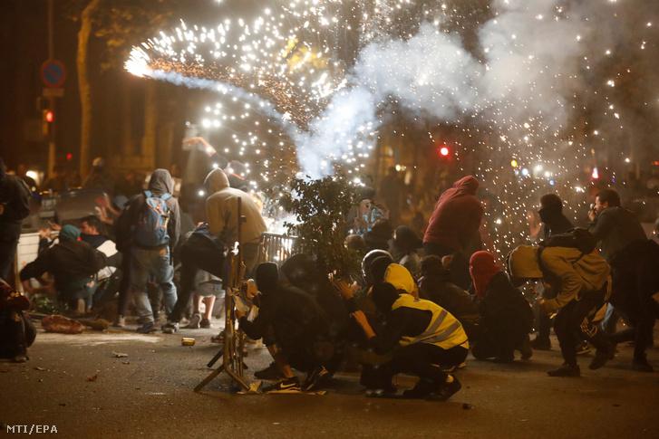 Katalán függetlenségpárti tüntetõk rohamrendõrökkel csapnak össze Barcelonában 2019. október 17-én.