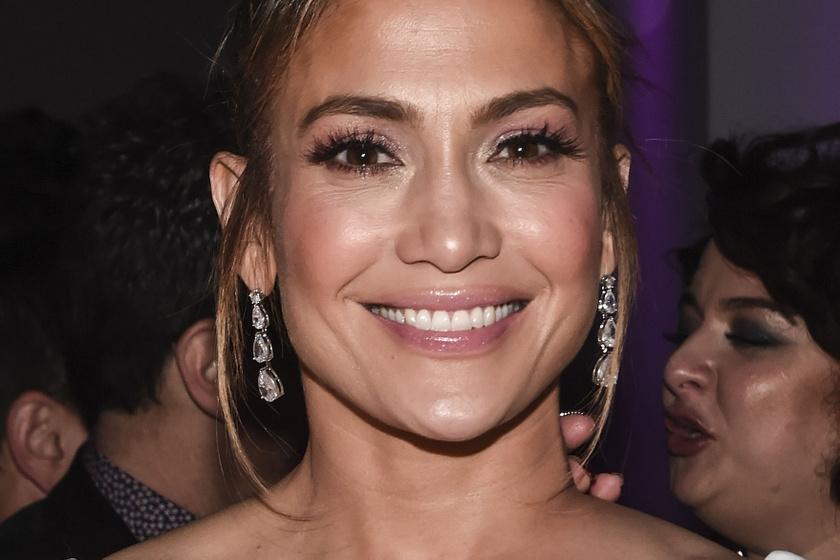 Jennifer Lopez álomszép menyasszonyi ruhában - Millió kristály díszíti a kreációt