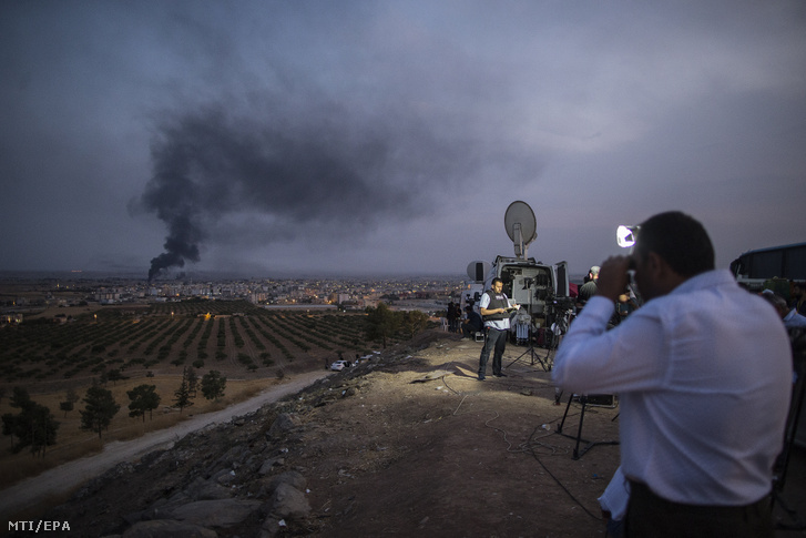A szíriai Rasz al-Ein város bombázásáról tudósít a sajtó a délkelet-törökországi Sanliurfa tartománybeli Ceylanpinarból 2019. október 17-én.