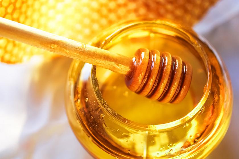 A méz antibakteriális tulajdonságának köszönhetően segíthet a torokfájás enyhítésében, ráadásul a kaparó torokra is gyógyír lehet. Kiskanállal, lassan elfogyasztva a leghatásosabb.