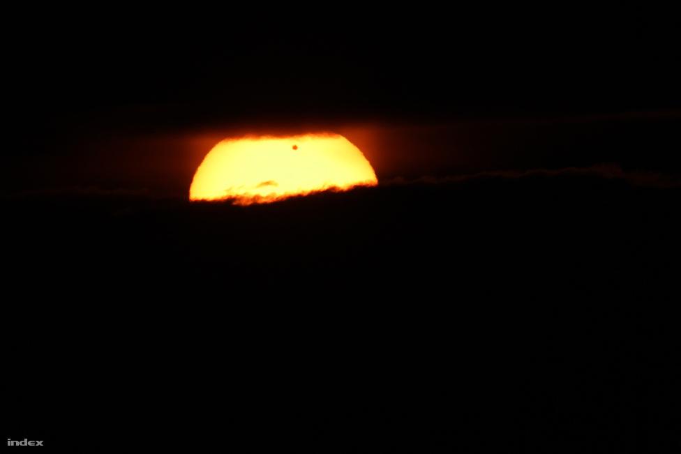 Az évszázad egyik legérdekesebb csillagászati eseményének lehettek tanúi akik korán keltek szerdán: június hatodikán hajnalban a kelő nap korongja előtt elhaladt a Vénusz.