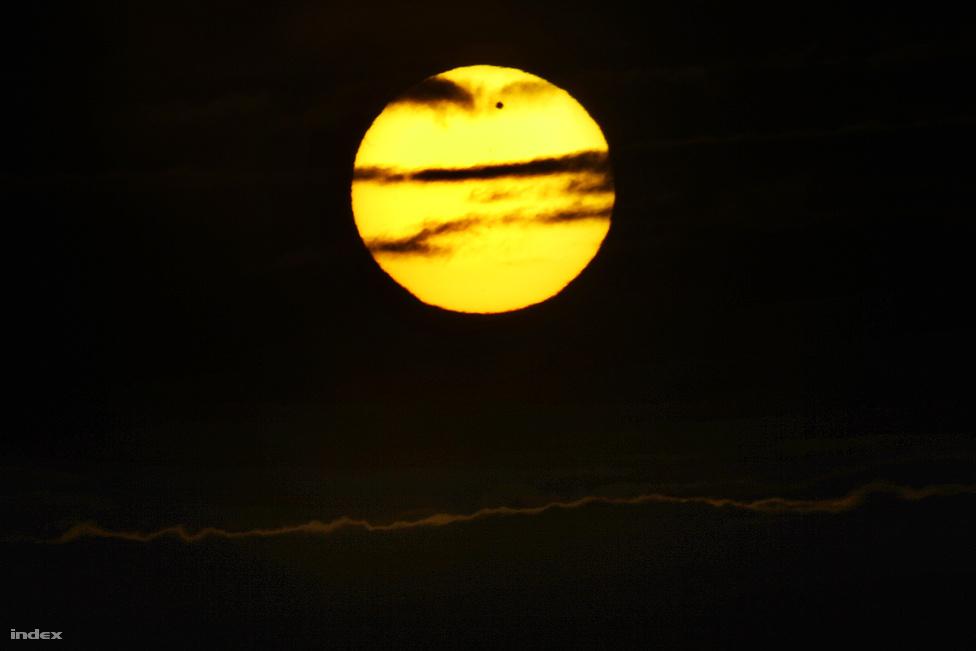 A szaknyelvben bolygóátvonulásnak hívják azt, amikor egy kisebb égitest egy nagyobb előtt halad el, kitakarva annak egy részét.