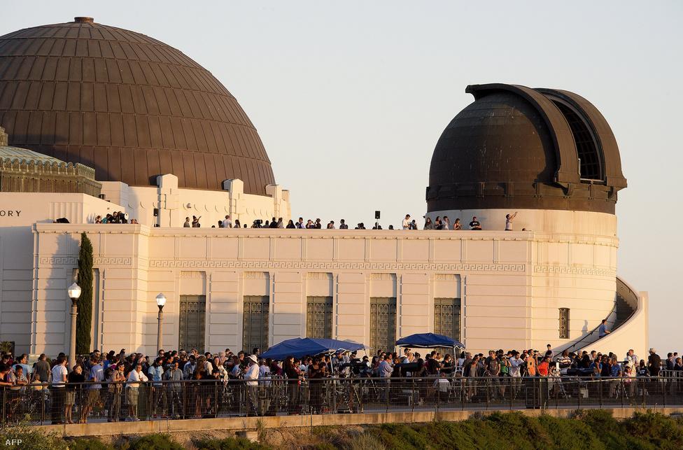 A Vénusz átvonulását a világon mindenütt nagy izgalommal várták a csillagászat iránt érdeklődők. A Los Angeles-i Griffith obszervatóriumban kisebb tömeg figyelte az eget.