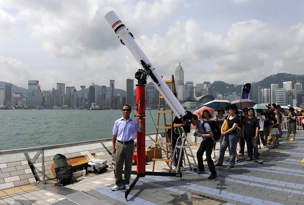 A Hong Kong-i kikötőben hatalmas teleszkópot állítottak fel az esemény miatt.