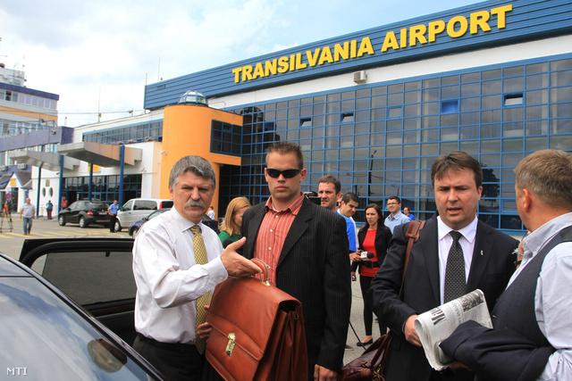 Kövér László az Országgyűlés elnöke (b) autóba száll a marosvásárhelyi repülőtéren