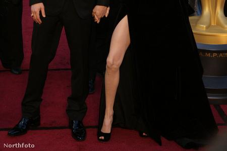 Angelina Jolie kivillanó lába igazi mém lett (Ruha: Versace)