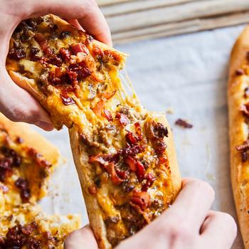 Marhahússal töltött bagetthajó csípős sajtkrémmel és rengeteg sajttal: ropogós bacon koronázza meg