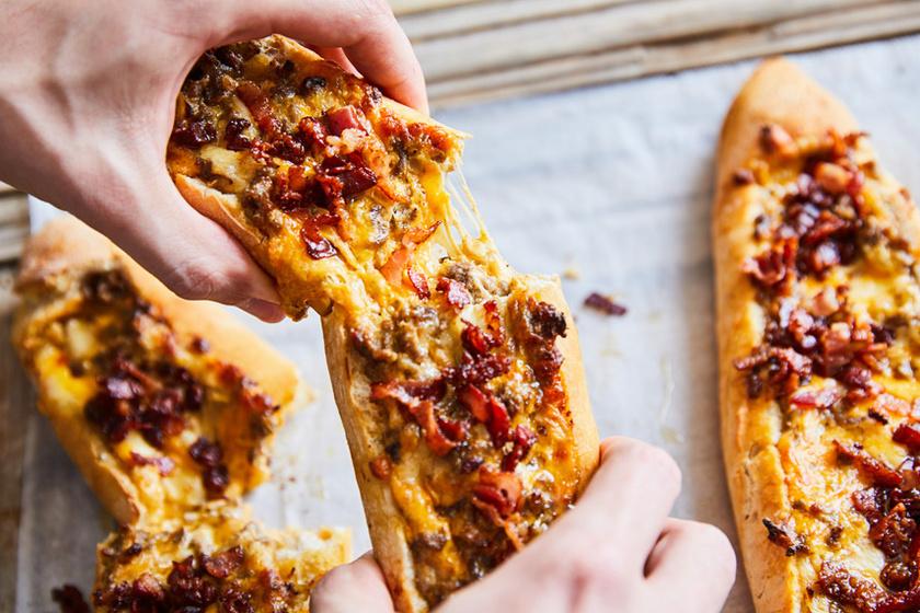 Marhahússal töltött bagetthajó csípős sajtkrémmel és rengeteg sajttal