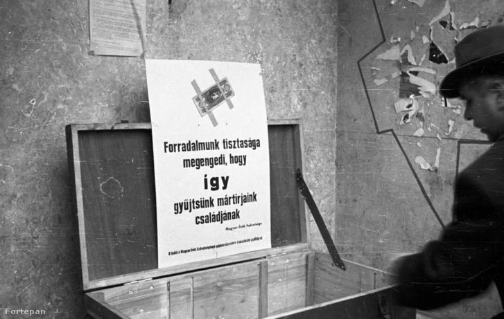 MAGYARORSZÁG BUDAPEST Pénzgyűjtés az utcán, az őrizetlen ládát a Magyar Írók Szövetsége helyezte ki.címke: ADOMÁNYGYŰJTÉS TÁBLA LÁDA FORRADALOM PAPÍRPÉNZ +