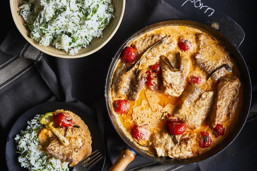 Vajpuhára sült harcsa krémes tejszínes-paradicsomos szószban - 30 perc alatt kész az ünnepi fogás