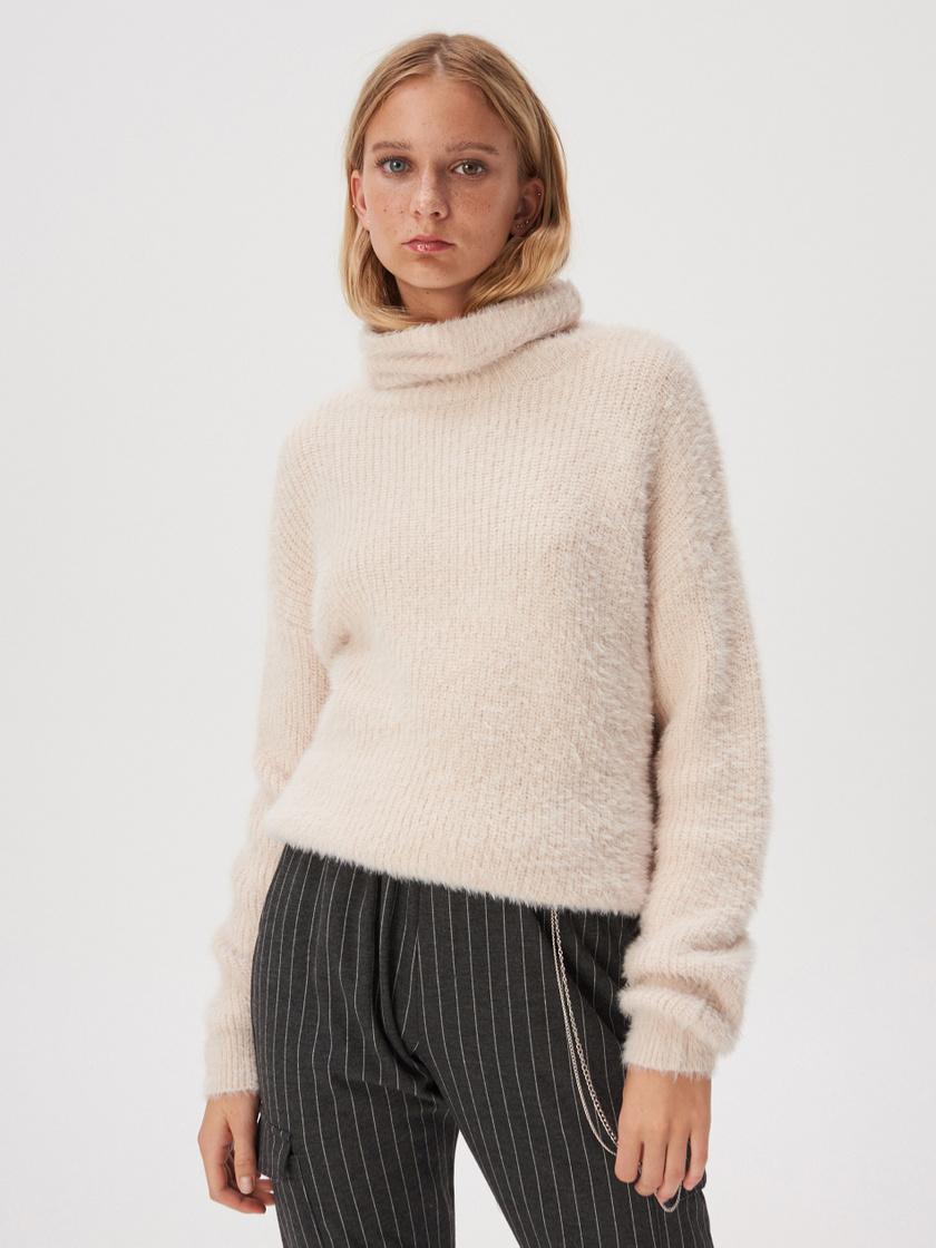 A Sinsay extra puha, bolyhos, bézs felsőjébe könnyű beleszeretni: nemcsak lágy nőiességet kölcsönöz viselőjének, de nagyon jó érzés belebújni. 5995 forintért veheted meg.