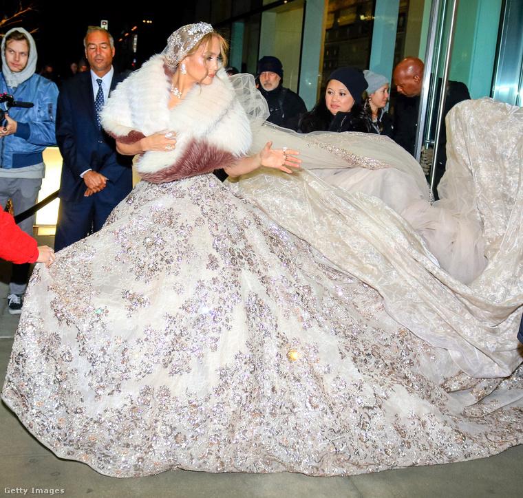Lopezen akkora ez a ruha, hogy gyakorlatilag semmi más nem fért erre a képre rajta kívül, csak pár fej.