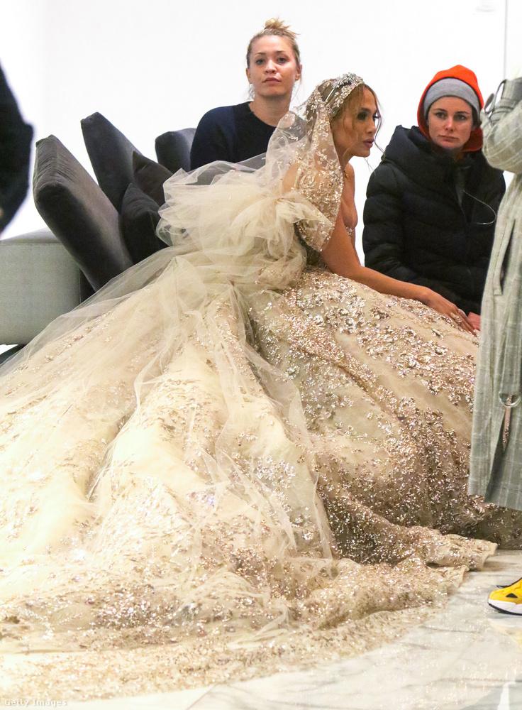 Lopez nagy rutinnal játszhatja a menyasszony szerepét, mert már az életben is háromszor volt ara