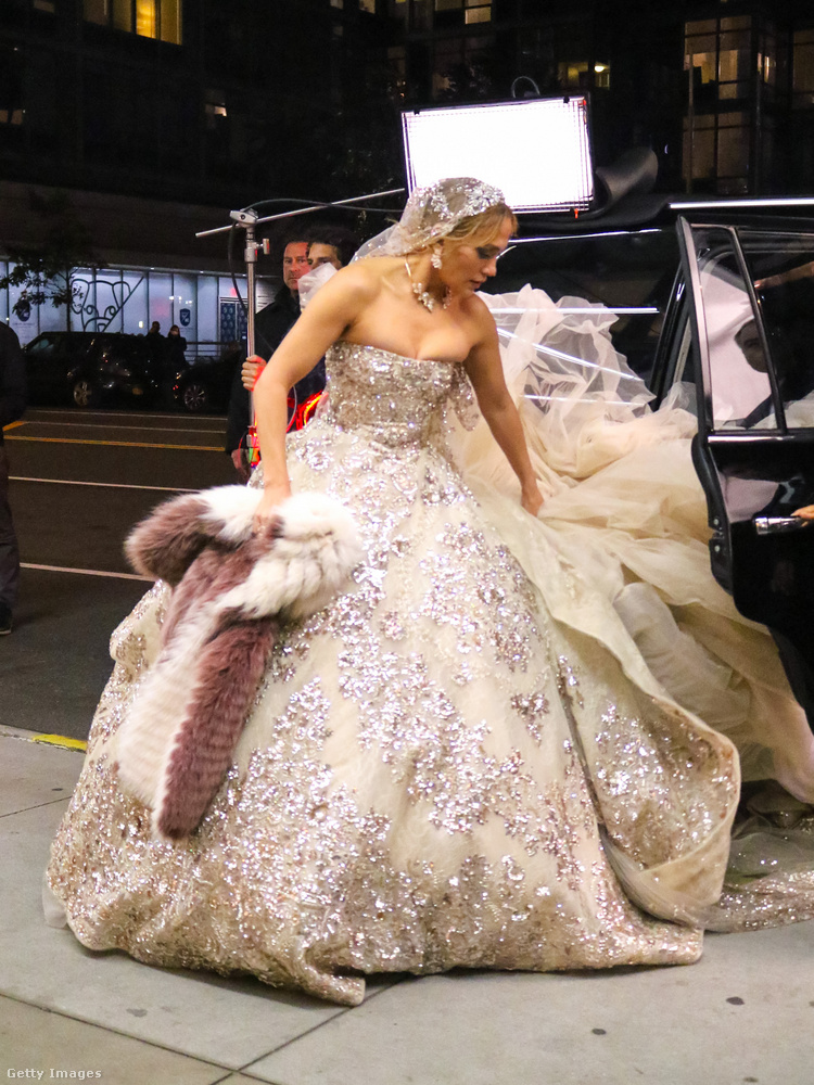 Itt érkezik Jennifer Lopez az autóból, és mögötte a gigaruha.