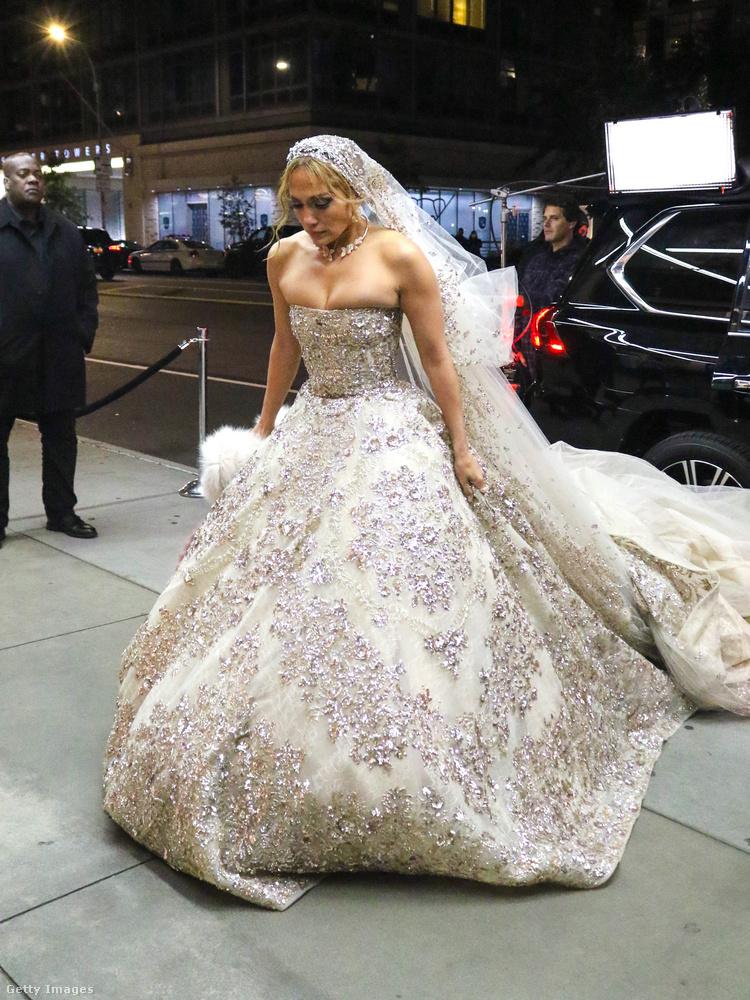 Egy klasszikus vonalú menyasszonyi ruha ez, fátyollal.