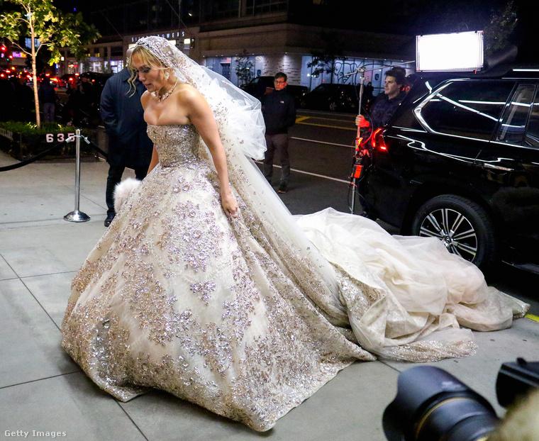 Nagyon passzírozza ez a ruha a híres melleket.