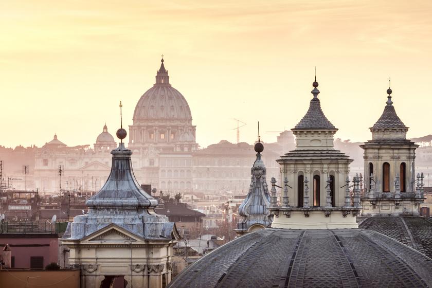 Olaszország fővárosába, Rómába is el lehet jutni jutányos áron. Itt található többek között a méltán híres Colosseum, a Vatikán, a pápa székhelye is. Most január 29-től február 6-ig a Ryanair gépével Róma Ciampino repülőtérre oda-vissza csak 6634 forint a repülőjegy.